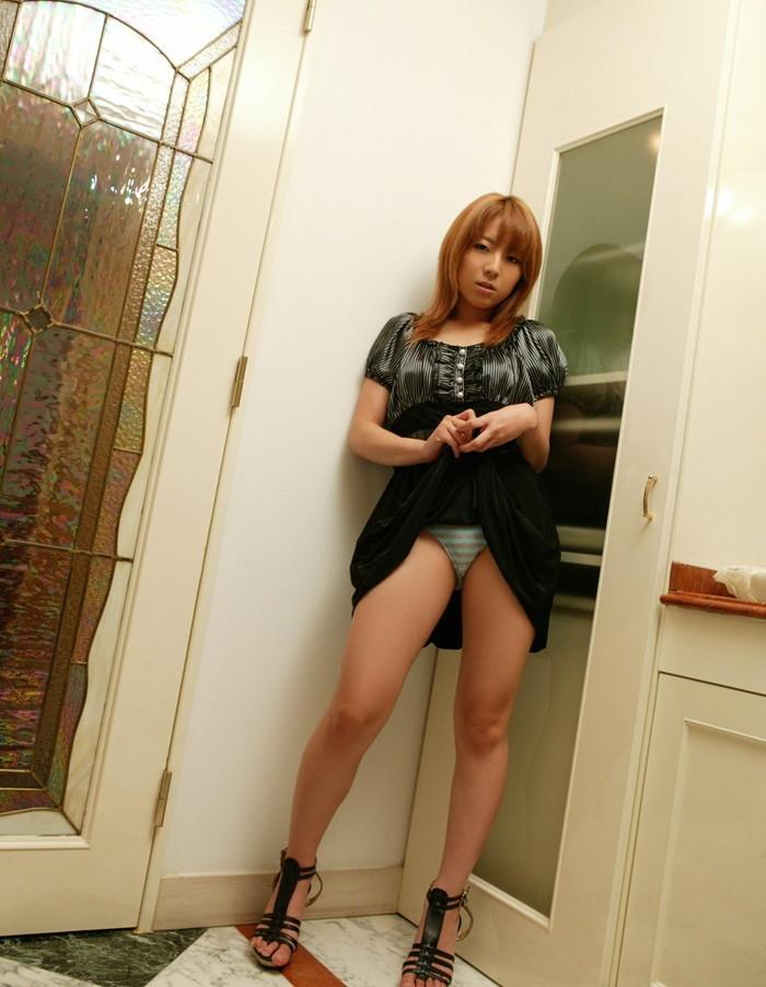 【スカート捲りエロ画像】女の子から自発的にスカート捲くって「見てもいいよ♪」 03