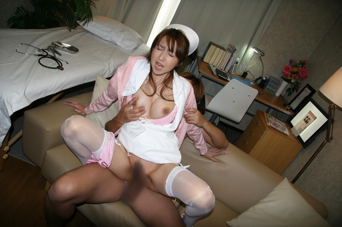 【ナースエロ画像】白衣の天使が着崩れたナース服で快感の表情そのもの! 21