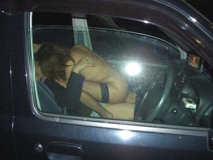 【カーセックスエロ画像】覗かれても文句は言えない?カーセックスを覗かれた男女 12
