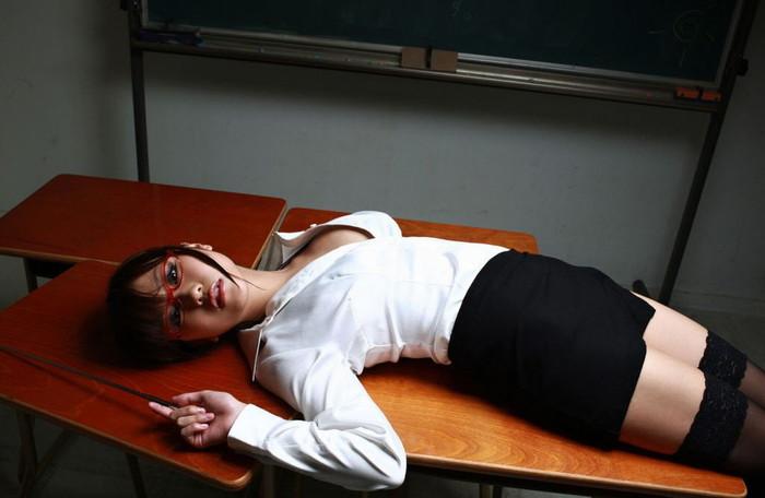 【女教師エロ画像】知的な女性の代表!女教師の破廉恥な姿に妄想が大爆発! 11