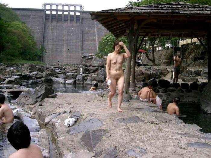 【露天風呂エロ画像】思わぬラッキー!露天風呂といったら男女混浴が基本だろ!? 07