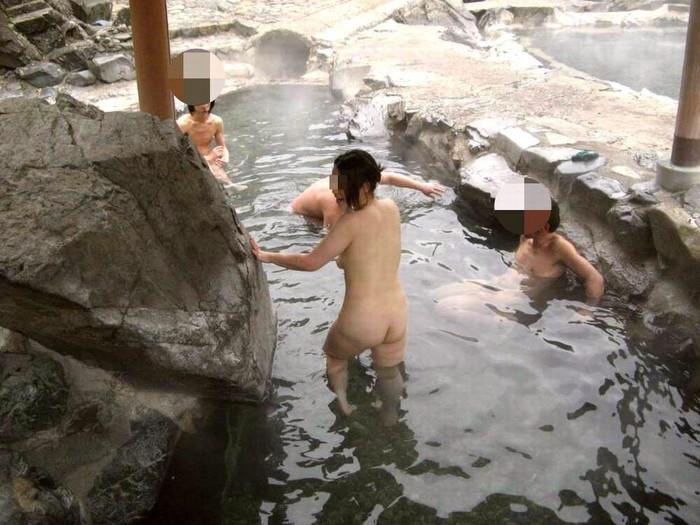 【露天風呂エロ画像】思わぬラッキー!露天風呂といったら男女混浴が基本だろ!? 12