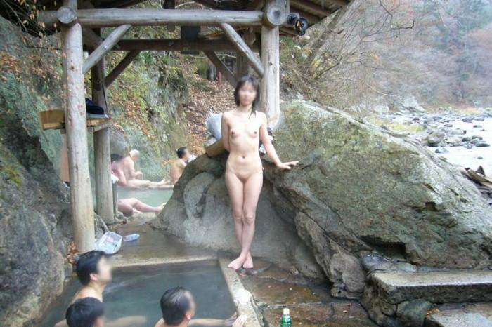 【露天風呂エロ画像】思わぬラッキー!露天風呂といったら男女混浴が基本だろ!? 17