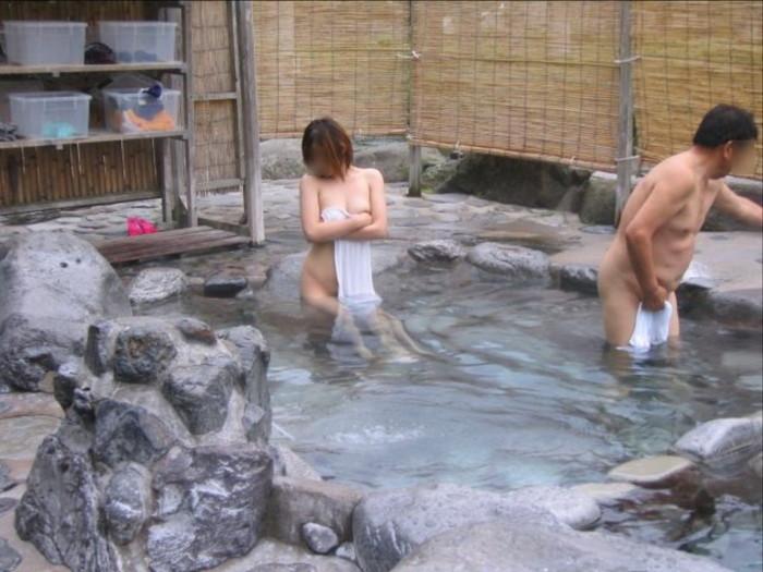 【露天風呂エロ画像】思わぬラッキー!露天風呂といったら男女混浴が基本だろ!? 18