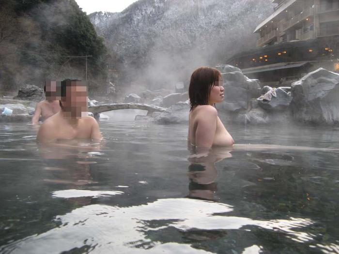 【露天風呂エロ画像】思わぬラッキー!露天風呂といったら男女混浴が基本だろ!? 22