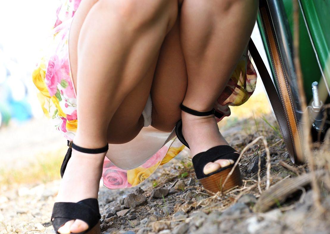 【パンチラエロ画像】しゃがみ込んだ女の子の股間って妙にエロく見えないか?