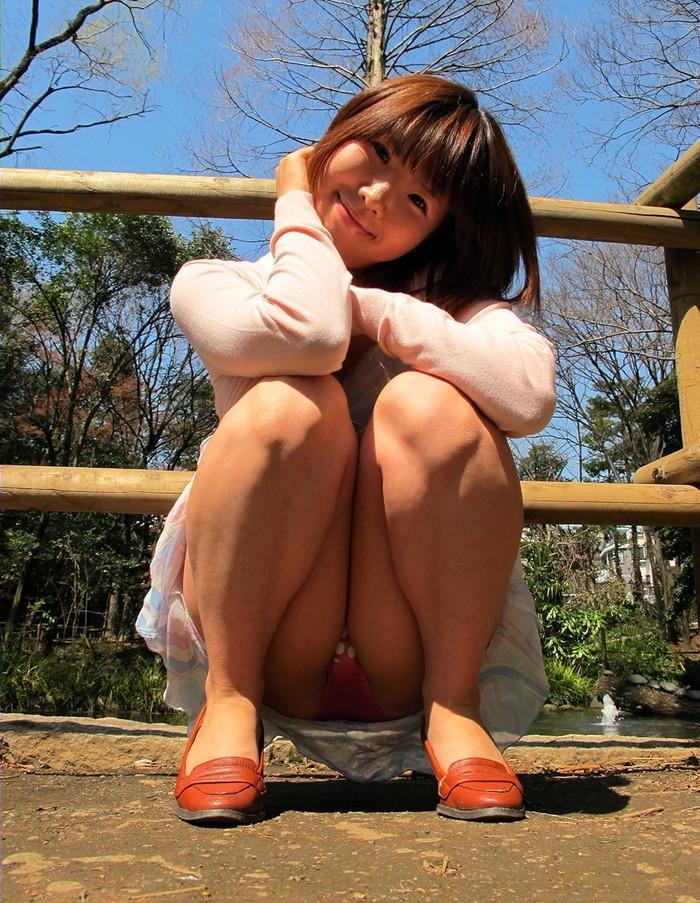 【パンチラエロ画像】しゃがみ込んだ女の子の股間って妙にエロく見えないか? 04