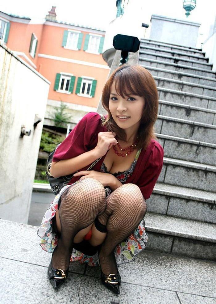 【パンチラエロ画像】しゃがみ込んだ女の子の股間って妙にエロく見えないか? 09