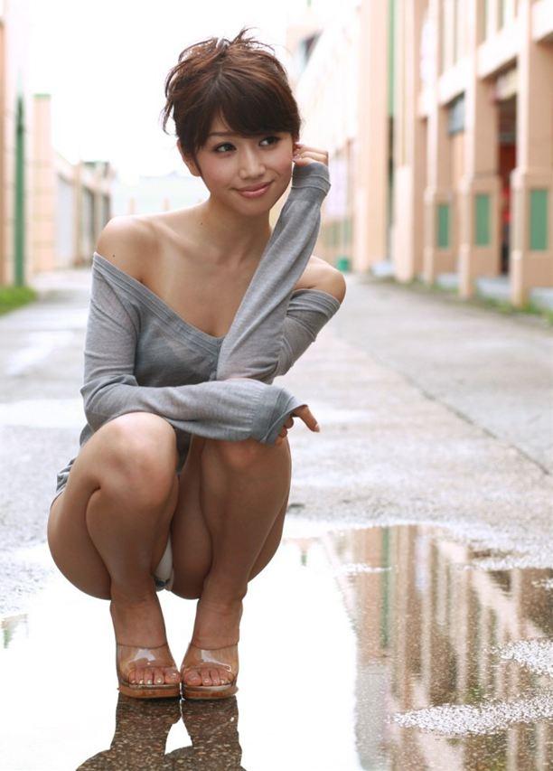 【パンチラエロ画像】しゃがみ込んだ女の子の股間って妙にエロく見えないか? 10