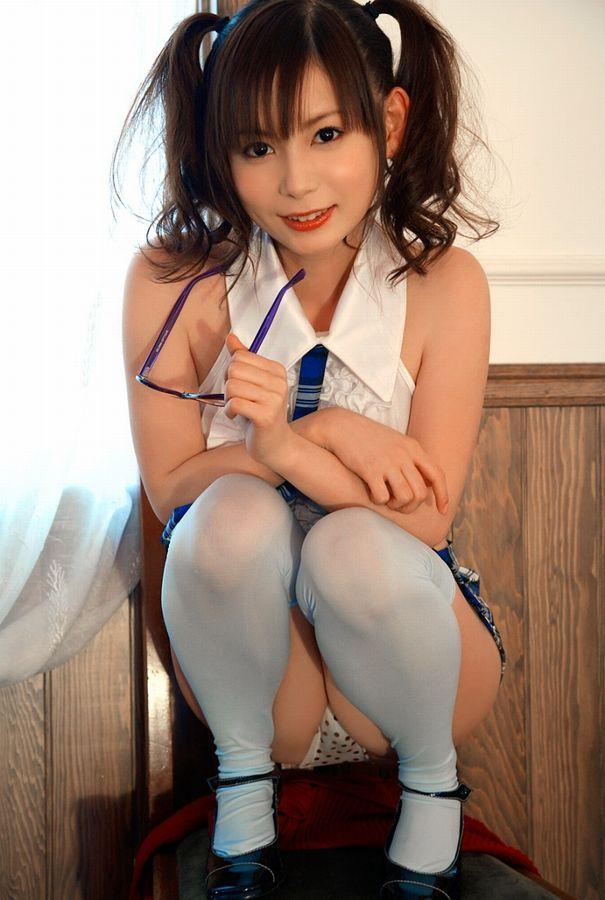 【パンチラエロ画像】しゃがみ込んだ女の子の股間って妙にエロく見えないか? 12