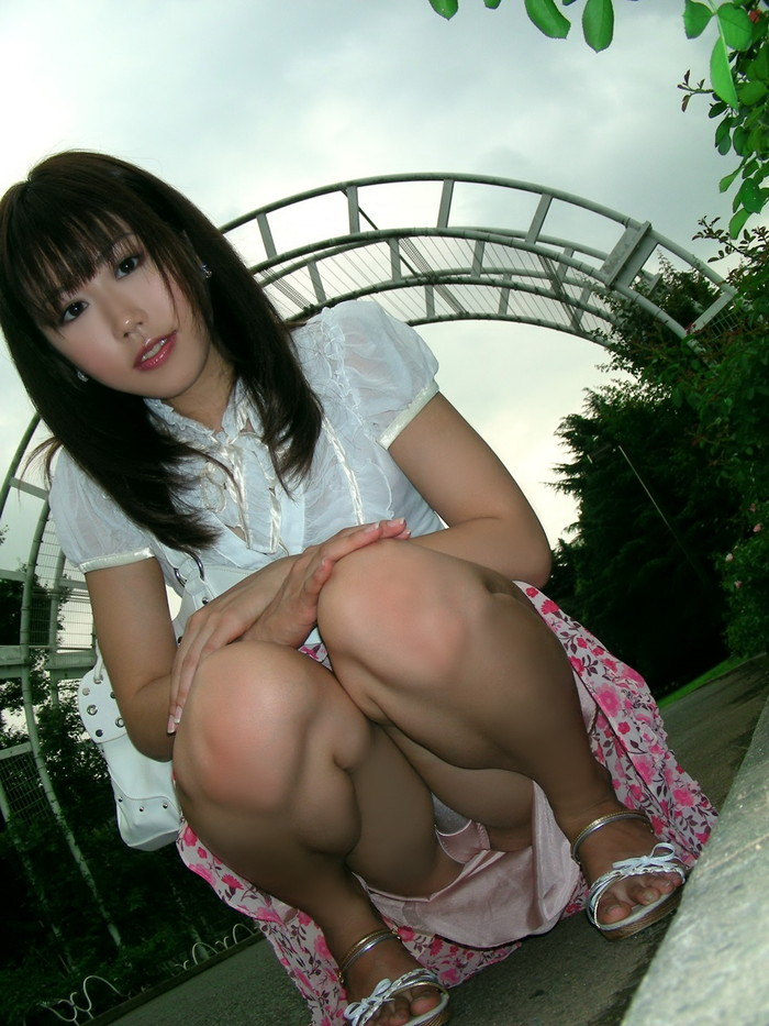 【パンチラエロ画像】しゃがみ込んだ女の子の股間って妙にエロく見えないか? 16