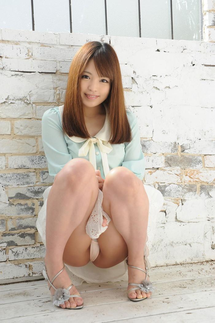 【パンチラエロ画像】しゃがみ込んだ女の子の股間って妙にエロく見えないか? 19