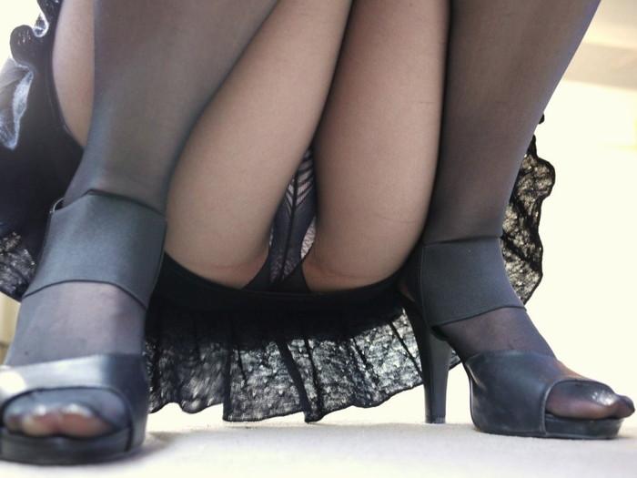 【パンチラエロ画像】しゃがみ込んだ女の子の股間って妙にエロく見えないか? 23