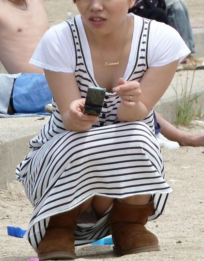 【パンチラエロ画像】しゃがみ込んだ女の子の股間って妙にエロく見えないか? 26