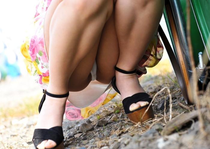 【パンチラエロ画像】しゃがみ込んだ女の子の股間って妙にエロく見えないか? 27