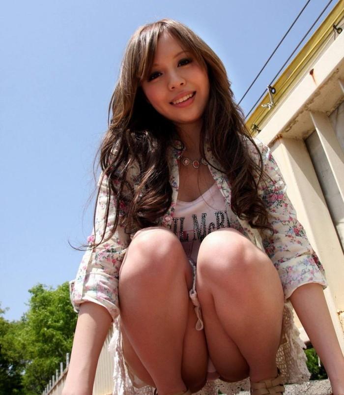 【パンチラエロ画像】しゃがみ込んだ女の子の股間って妙にエロく見えないか? 28