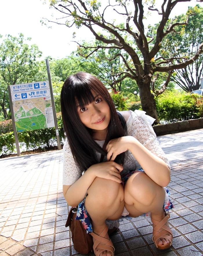 【パンチラエロ画像】しゃがみ込んだ女の子の股間って妙にエロく見えないか? 29