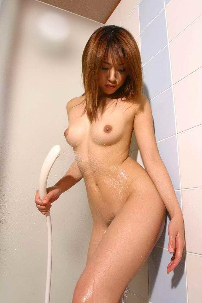 【シャワーエロ画像】女の子の一糸まとわぬお風呂場でのシャワーシーン 01