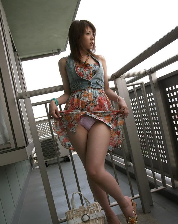 【パンチラエロ画像】女の子が自らスカートをまくって見せてくれるパンツ!w 04