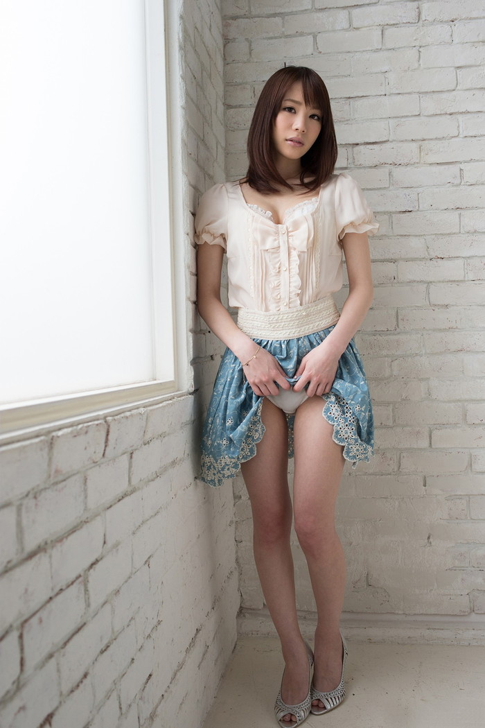 【パンチラエロ画像】女の子が自らスカートをまくって見せてくれるパンツ!w 11