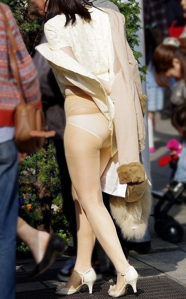 【パンチラエロ画像】強風に煽られたスカートがひらり!これぞ神風!w 02