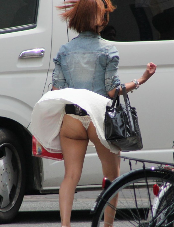 【パンチラエロ画像】強風に煽られたスカートがひらり!これぞ神風!w 05