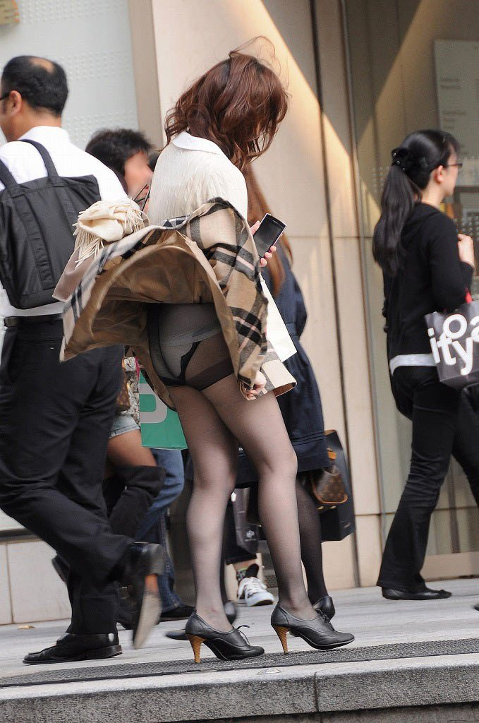 【パンチラエロ画像】強風に煽られたスカートがひらり!これぞ神風!w 09