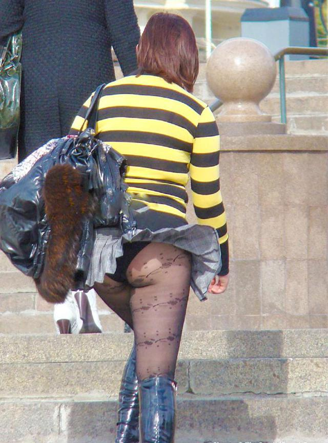【パンチラエロ画像】強風に煽られたスカートがひらり!これぞ神風!w 13