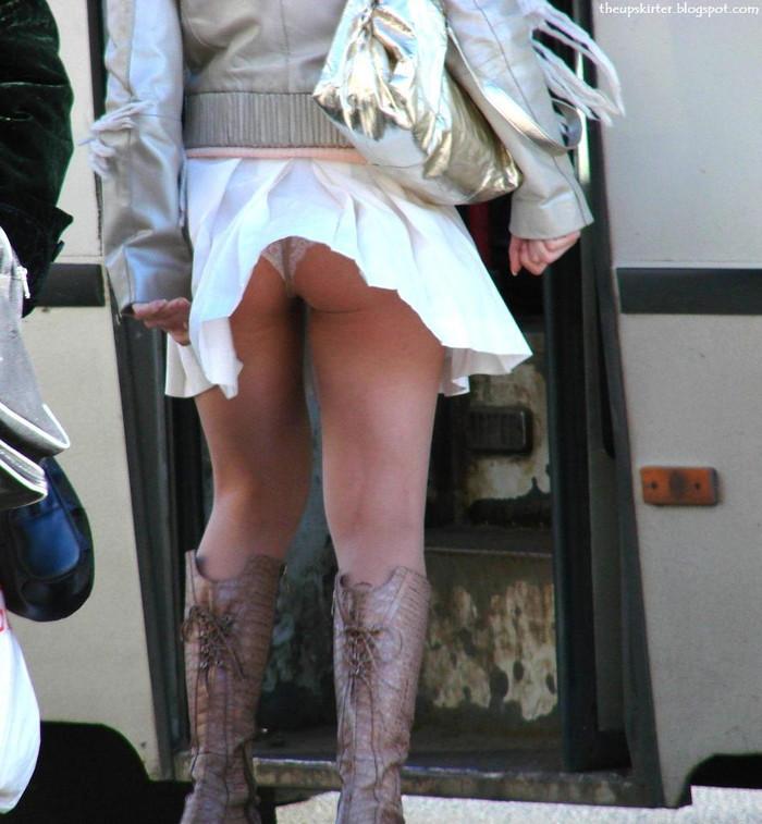 【パンチラエロ画像】強風に煽られたスカートがひらり!これぞ神風!w 18