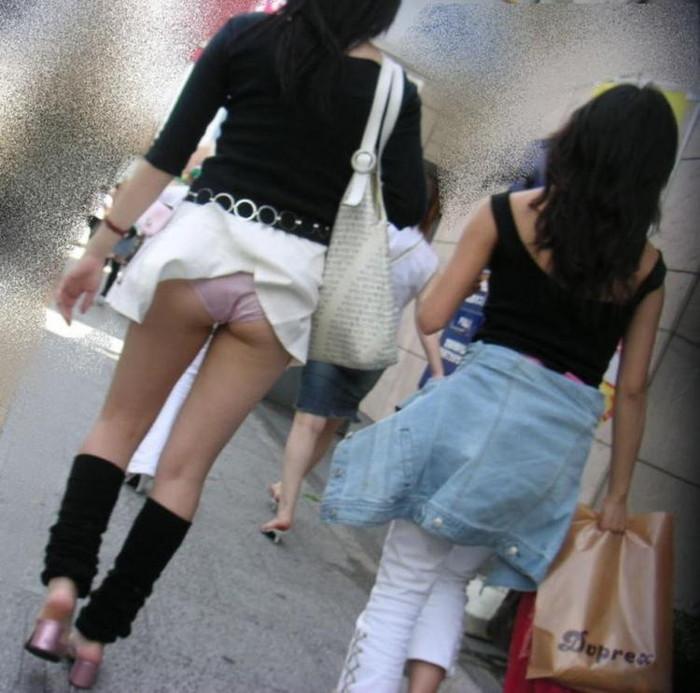 【パンチラエロ画像】強風に煽られたスカートがひらり!これぞ神風!w 20