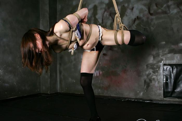 【着衣緊縛エロ画像】着衣のままロープで緊縛された女たちの痛々しい姿 02