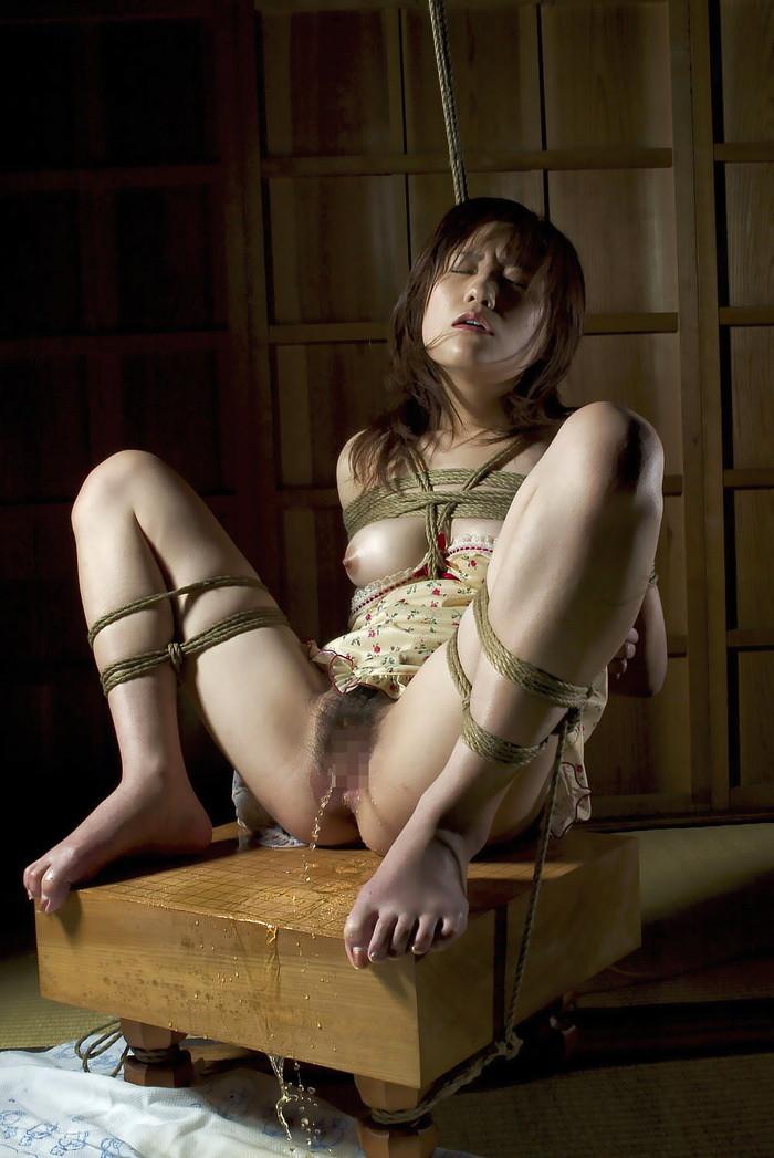 【着衣緊縛エロ画像】着衣のままロープで緊縛された女たちの痛々しい姿 10