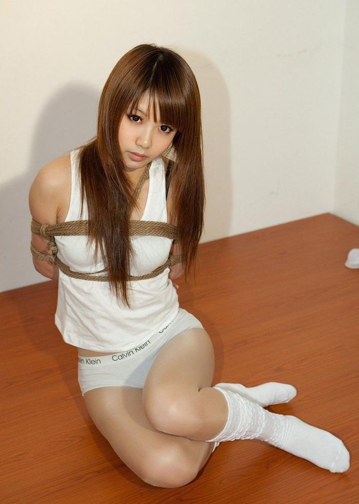 【着衣緊縛エロ画像】着衣のままロープで緊縛された女たちの痛々しい姿 16