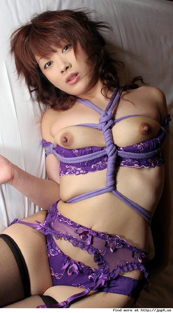 【着衣緊縛エロ画像】着衣のままロープで緊縛された女たちの痛々しい姿 27
