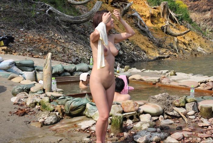 【露天風呂エロ画像】露天風呂に入浴する素人娘…まさかのシチュエーション!w 01