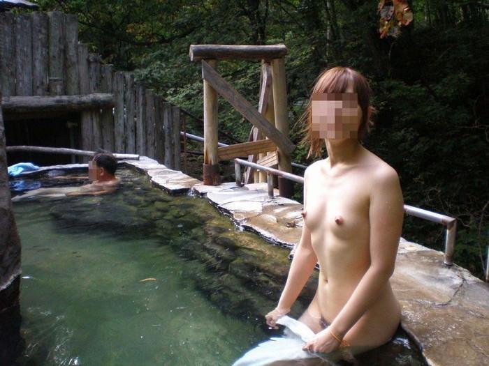 【露天風呂エロ画像】露天風呂に入浴する素人娘…まさかのシチュエーション!w 12