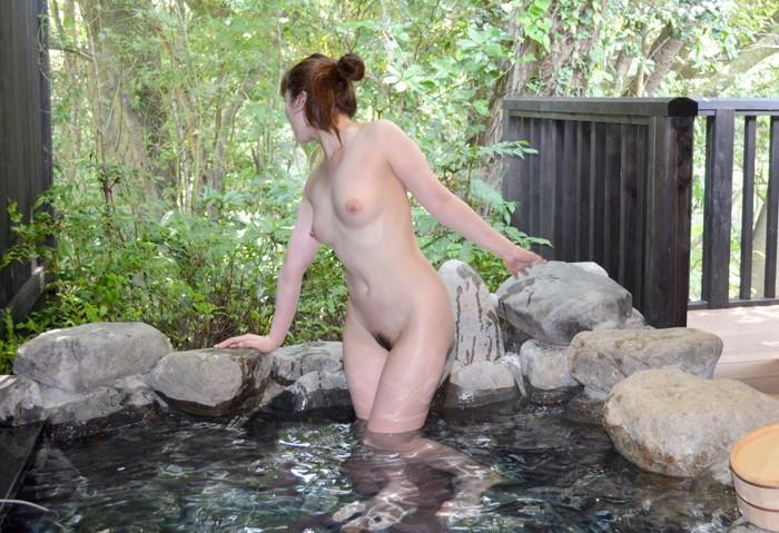 【露天風呂エロ画像】露天風呂に入浴する素人娘…まさかのシチュエーション!w 22