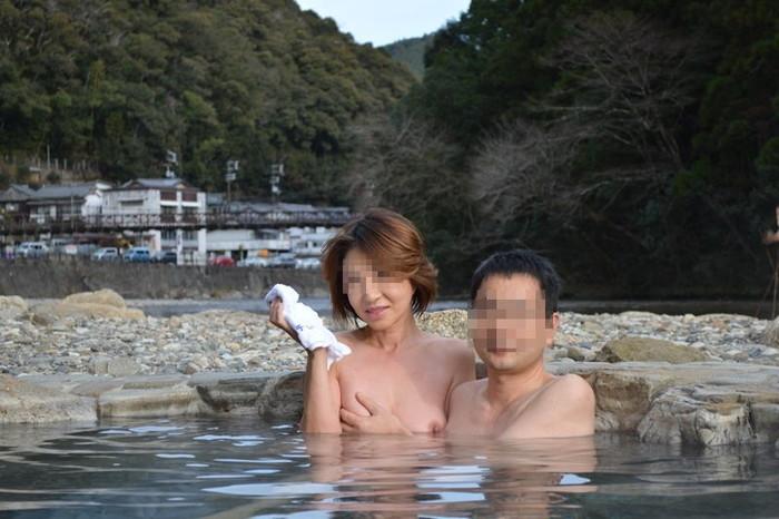 【露天風呂エロ画像】露天風呂で野外露出!?不自然じゃないけどエロい画像w 08
