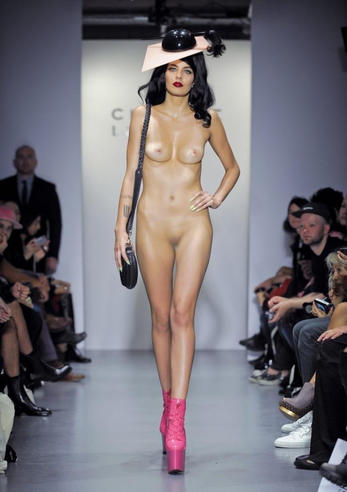 【海外ファッションショーエロ画像】こりゃファッションじゃなくて裸だろ!?w 26