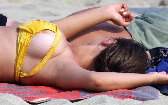【水着ハプニングエロ画像】過激な水着にまつわる、ポロリハプニングはお約束! 12