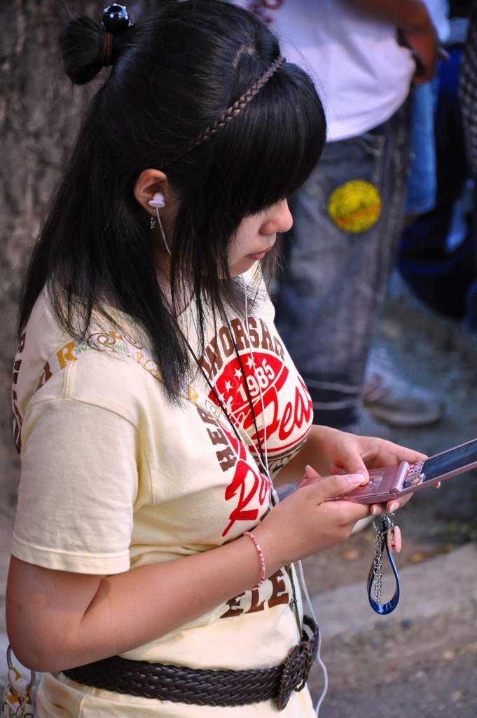 【盗撮エロ画像】街中で見かける存在感たっぷりの着衣おっぱい素人を隠し撮り! 13
