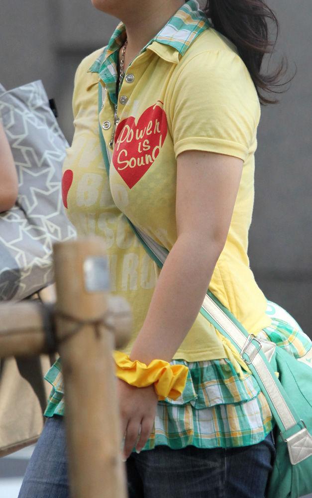 【盗撮エロ画像】街中で見かける存在感たっぷりの着衣おっぱい素人を隠し撮り! 16