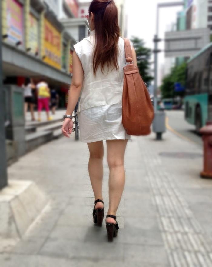 【透けパンエロ画像】街中で着衣が透けてパンティー丸見え!な女の子! 01