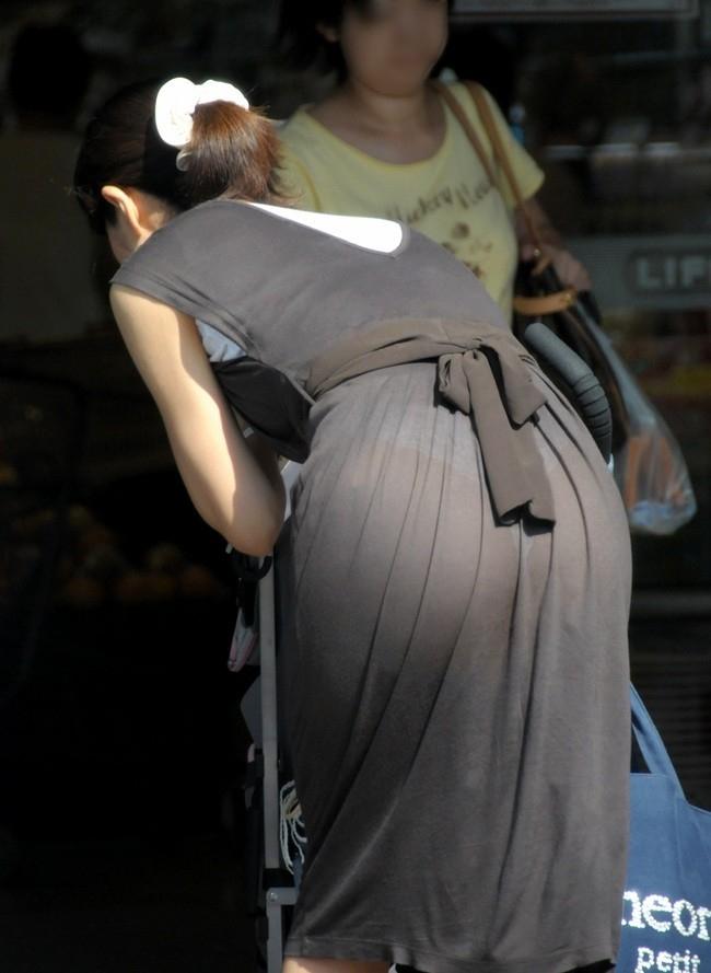 【透けパンエロ画像】街中で着衣が透けてパンティー丸見え!な女の子! 02