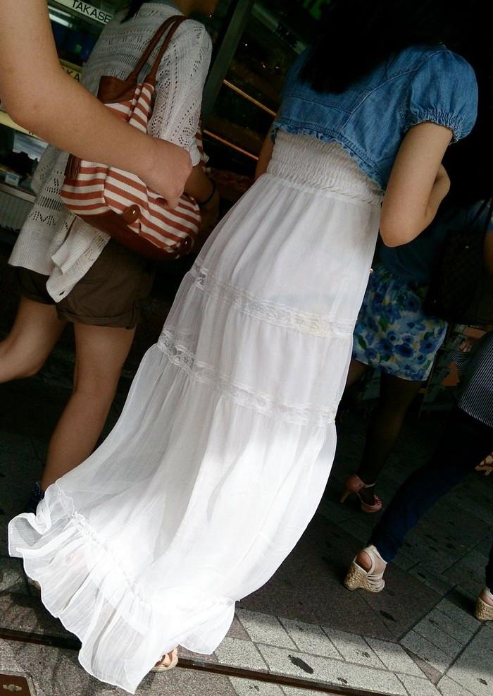 【透けパンエロ画像】街中で着衣が透けてパンティー丸見え!な女の子! 05