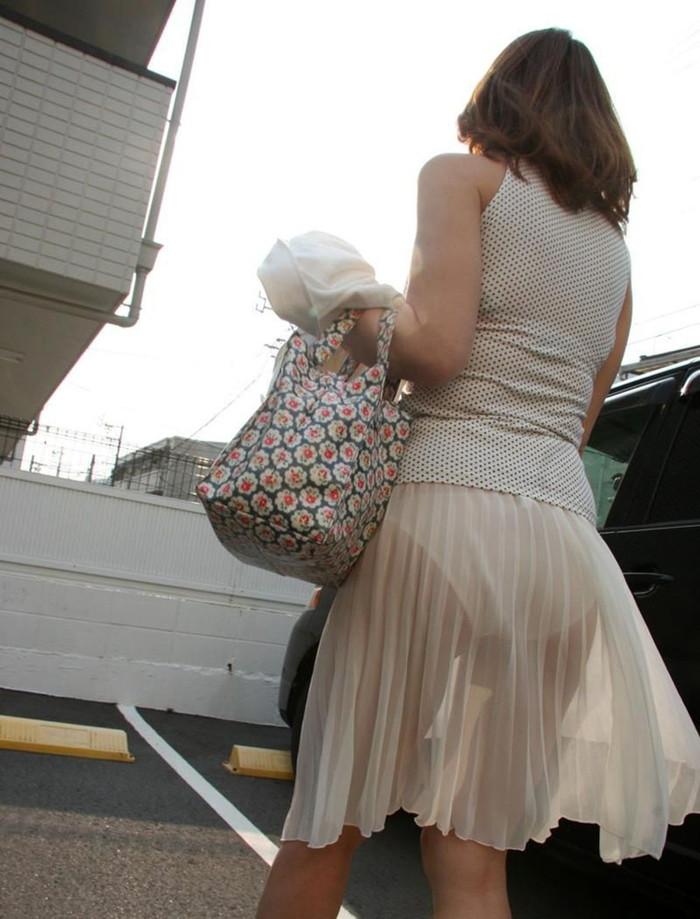 【透けパンエロ画像】街中で着衣が透けてパンティー丸見え!な女の子! 07