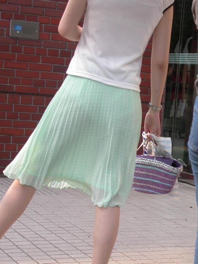 【透けパンエロ画像】街中で着衣が透けてパンティー丸見え!な女の子! 08