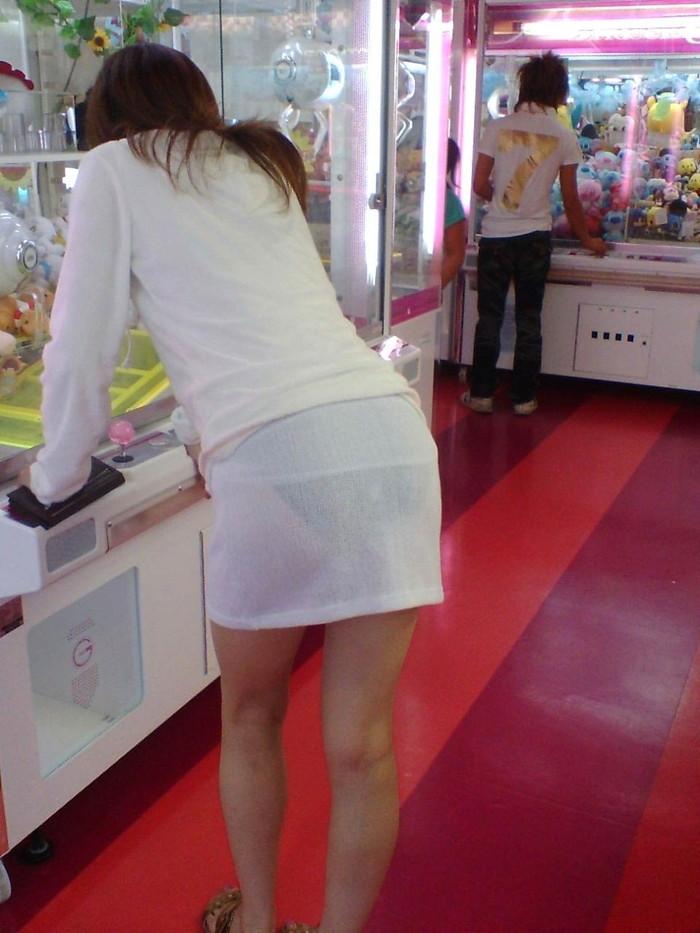 【透けパンエロ画像】街中で着衣が透けてパンティー丸見え!な女の子! 09