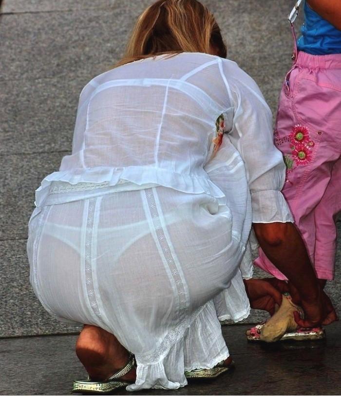 【透けパンエロ画像】街中で着衣が透けてパンティー丸見え!な女の子! 13