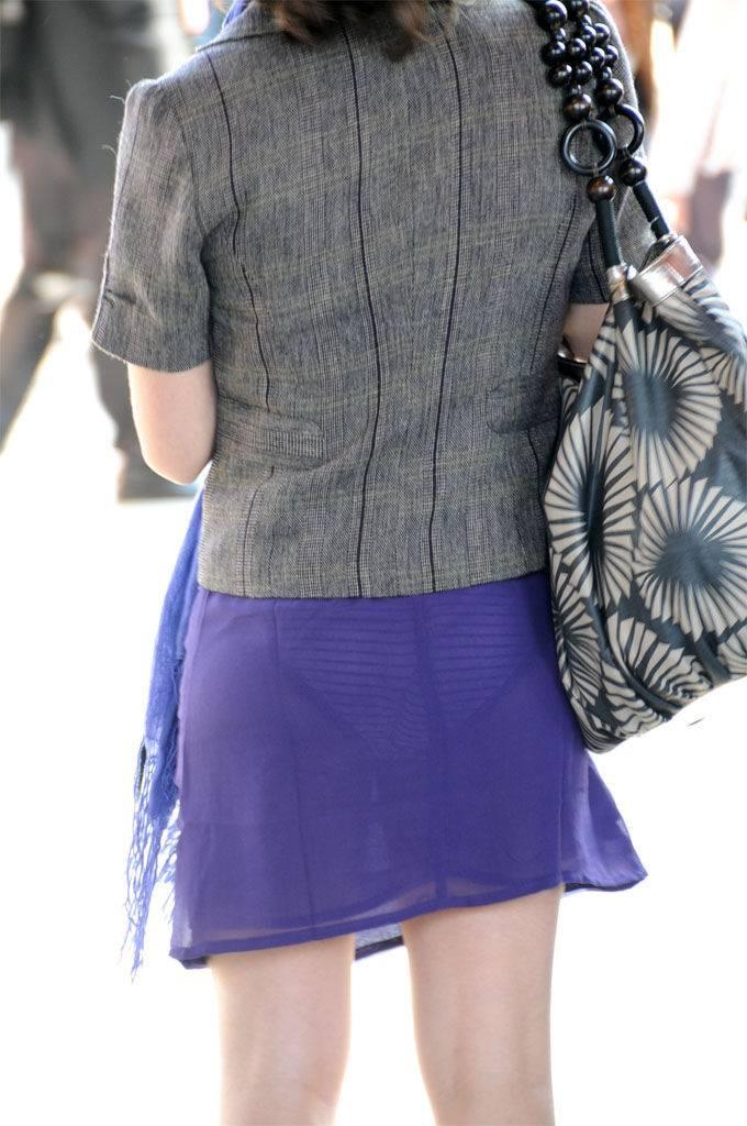 【透けパンエロ画像】街中で着衣が透けてパンティー丸見え!な女の子! 15